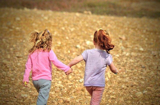 scoperta-far-giocare-due-bambini-piccoli