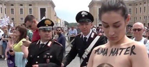 protesta-femen-in-piazza-san-pietro-attivista-in-topless-manifesta-a-favore-del-libero-allattamento
