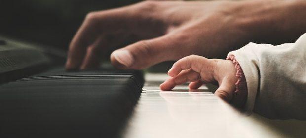 suonare-il-piano-aiuta-i-bambini-a-costruire-le-loro-abilita-di-linguaggio