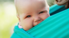 Poteri-del-babywearing-ecco-come-aiuta-a-ridurre-le-colicheneonati-e-babywearing-ecco-perche-e-come-aiuta-a-ridurre-le-coliche
