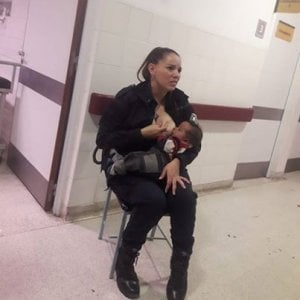 poliziotta-allatta-figlio-di-una-donna-arrestata
