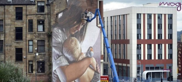 un-murales-a-glasgow-per-normalizzare-lallattamento