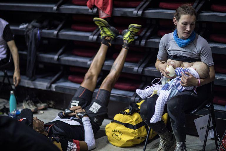 sophie-la-mamma-runner-ha-corso-lultra-trail-mont-blanc-allattando-il-figlio