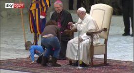 un-bambino-irrompe-sul-palco-durante-ludienza-di-papa-francesco
