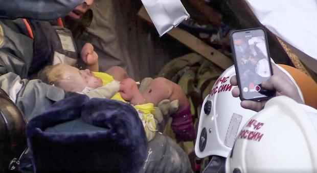 https://www.maternita.it/wp-content/uploads/2019/01/russia-neonato-sopravvive-sotto-le-macerie-dopo-il-crollo-di-un-palazzo.jpg