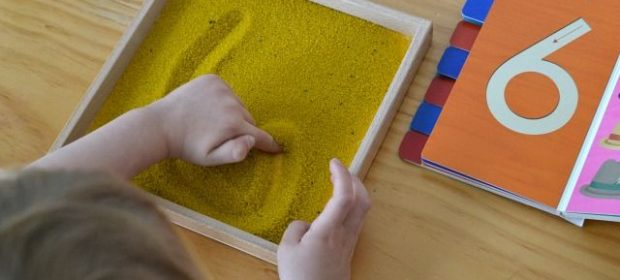 giochi-montessori-la-lavagna-di-sabbia