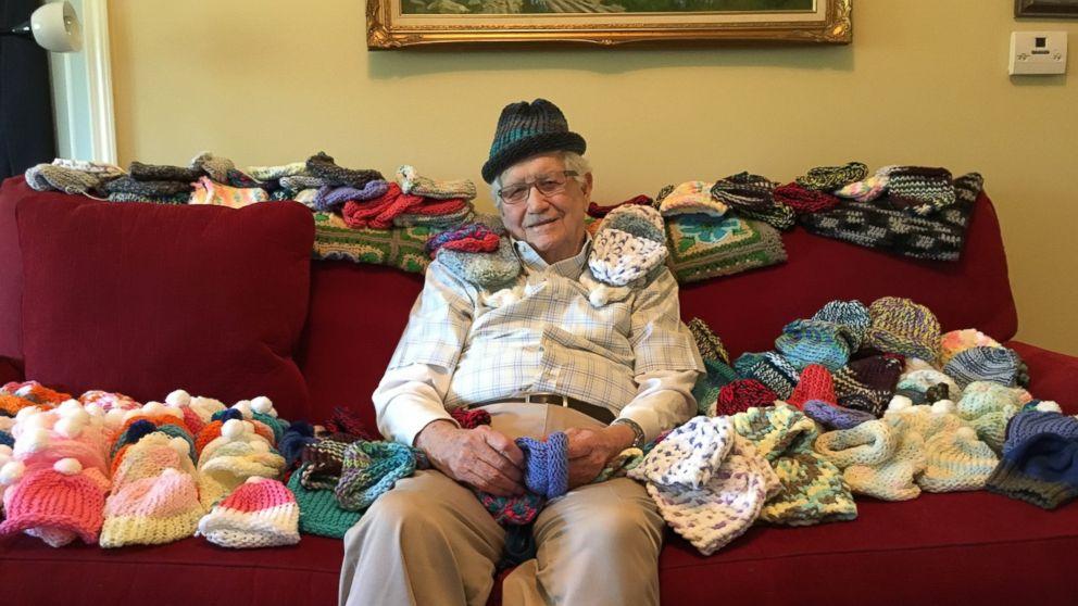 la-storia-di-nonno-moseley-che-realizza-berrettini-per-i-neonati-della-terapia-intensiva