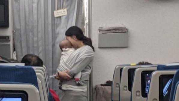 tappi-e-caramelle-a-tutti-lidea-di-una-mamma-per-affrontare-il-volo-con-il-bebe