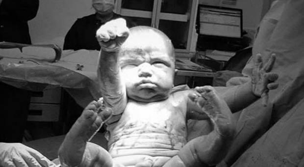 neonato-come-superman-la-straordinaria-foto-che-sta-facendo-il-giro-del-web