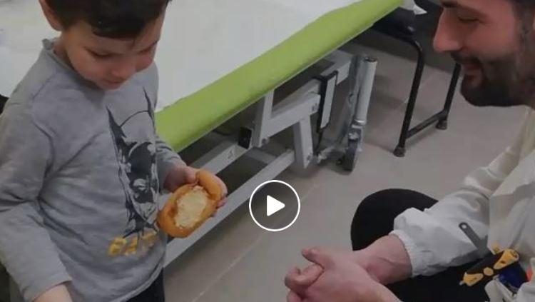 prova-per-la-prima-volta-la-protesi-al-braccio-il-video-commovente-del-piccolo-giulio
