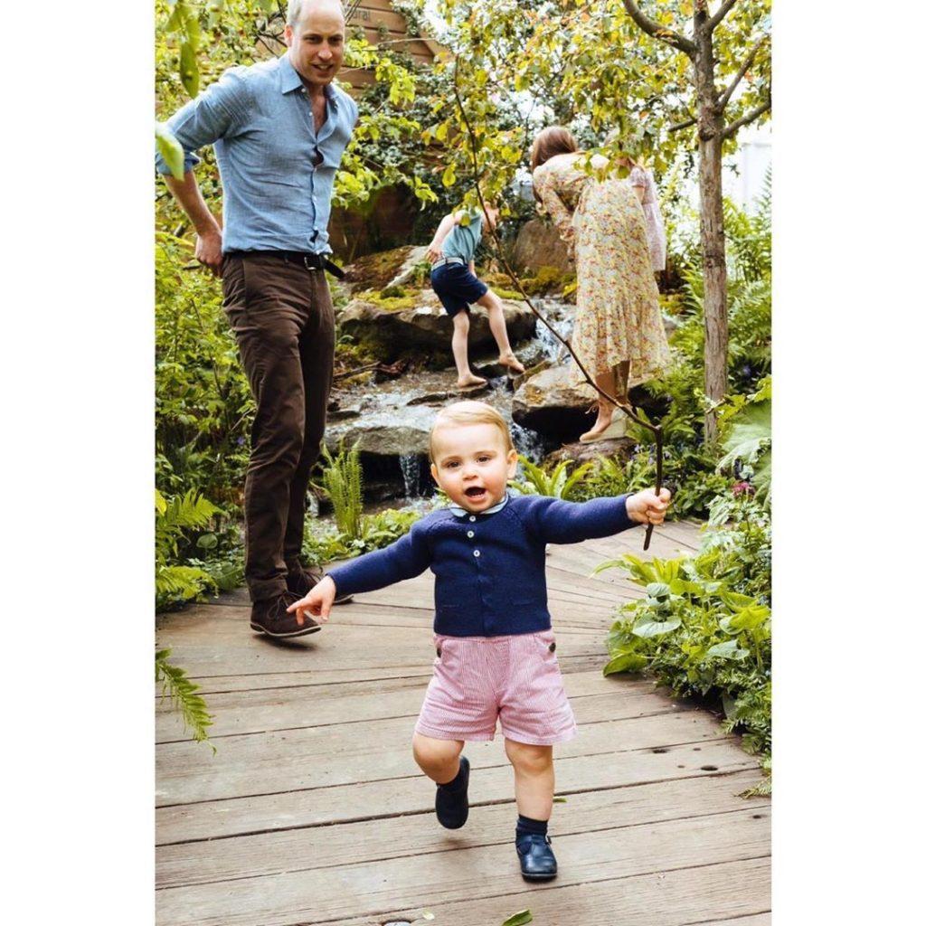 i-duchi-di-cambridge-a-piedi-nudi-con-i-tre-figli-nel-parco-le-immagini-conquistano-il-mondo