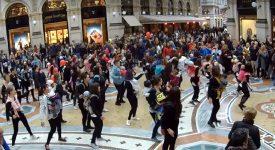 flashmob-in-fascia-nonostante-la-pioggia-a-milano-si-balla-con-il-babywearing