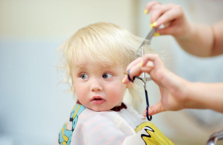 primo-taglio-di-capelli-al-neonato-informazioni