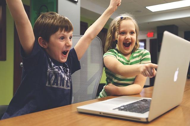 smartphone-in-aumento-i-casi-di-cifosi-nei-bambini