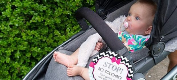 non-toccarmi-un-cartello-per-proteggere-il-bebe-dallinvadenza-della-gente