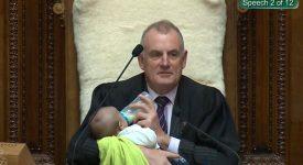 neo-papa-al-lavoro-con-il-bebe-il-presidente-delle-camera-gli-fa-da-babysitter