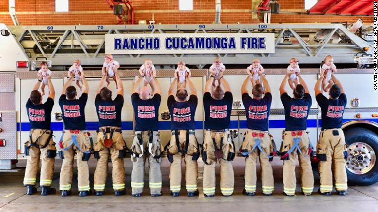 california-9-bambini-nati-in-un-dipartimento-di-pompieri-le-foto-sono-tenerissime
