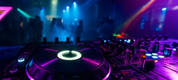 nasce-sulla-pista-da-ballo:-il-bimbo-avra-accesso-gratis-alla-discoteca-a-vita