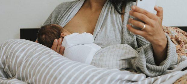 vietato-allattare-con-il-cellulare-in-mano:-la-campagna-di-un-ospedale-inglese