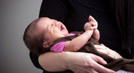 perche-i-neonati-smettono-di-piangere-appena-ti-alzi-in-piedi?