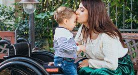 la-storia-di-laura-mamma-in-sedia-a-rotelle-influencer-della-positivita
