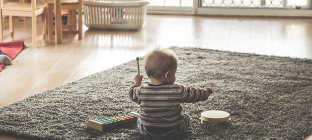 giochi-bambini-divertirsi-muovendosi-in-casa