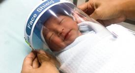 il-casco-facciale-che-protegge-i-neonati-dal-covid-19