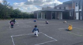 riapertura-in-francia-le-immagini-dei-bambini-che-giocano-nel-quadrati-di-gesso-fanno-il-giro-del-web