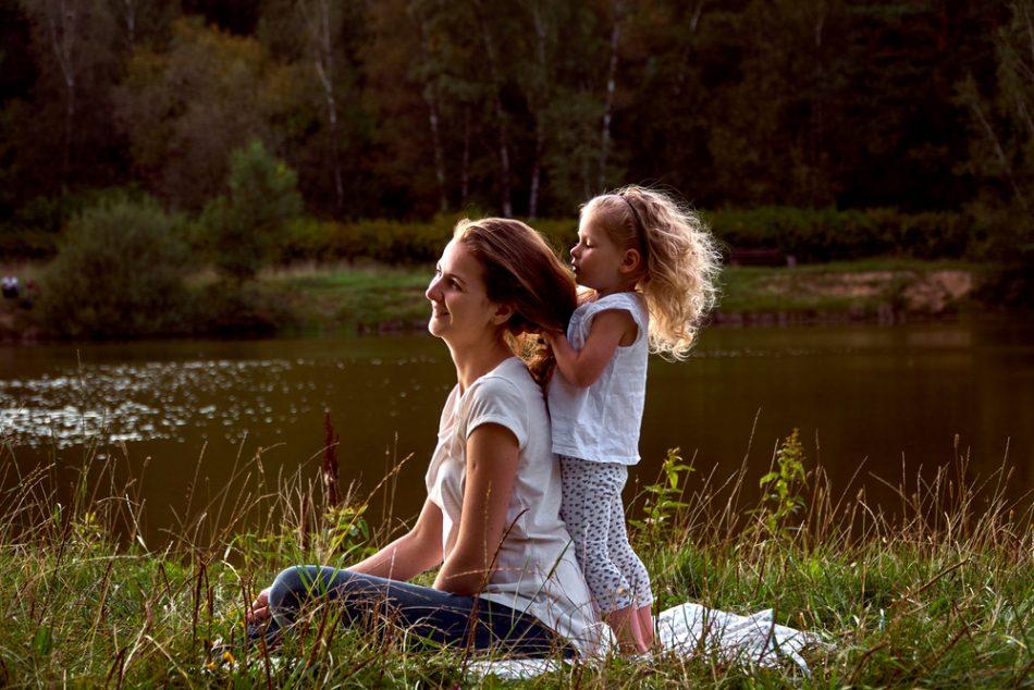 bambini-giocare-con-capelli-mamma-fa-bene