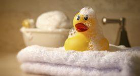 il-suo-bambino-rischia-di-perdere-la-vista-a-causa-dei-giocattoli-da-bagno-la-storia-di-una-mamma