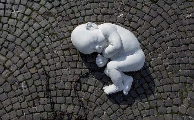 napoli-in-piazza-del-plebiscito-spunta-il-bambino-di-marmo-ecco-il-suo-messaggio