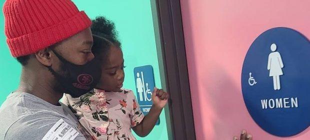 papa-a-spasso-con-le-figlie-il-problema-dei-bagni-pubblici