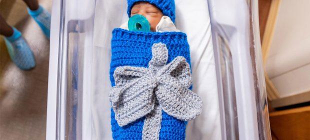 neonati-impacchettati-come-regali-di-natale-la-dolce-iniziativa-di-un-ospedale