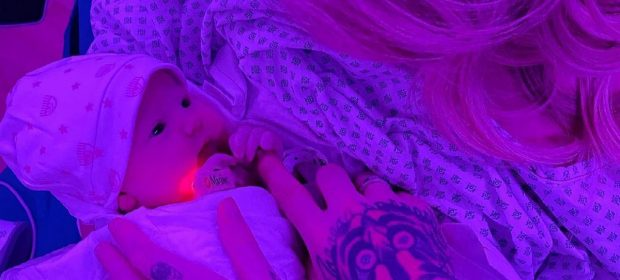 cromoterapia-ecco-perche-baby-v-e-nata-avvolta-da-una-luce-viola