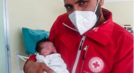 hina-bambina-afgana-nasce-in-italia-e-scampata-allorrore-dei-talebani-che-avevano-ucciso-il-padre